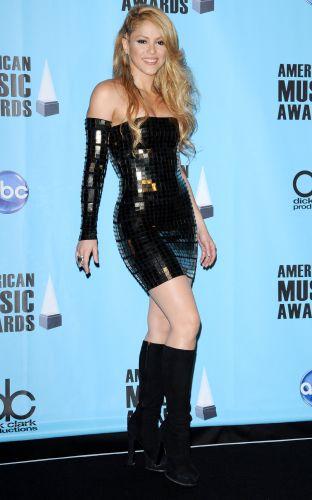 Com um vestido justo e brilhante, Shakira posa na sala de imprensa do American Music Awards 2009, em Los Angeles (22/11/2009)