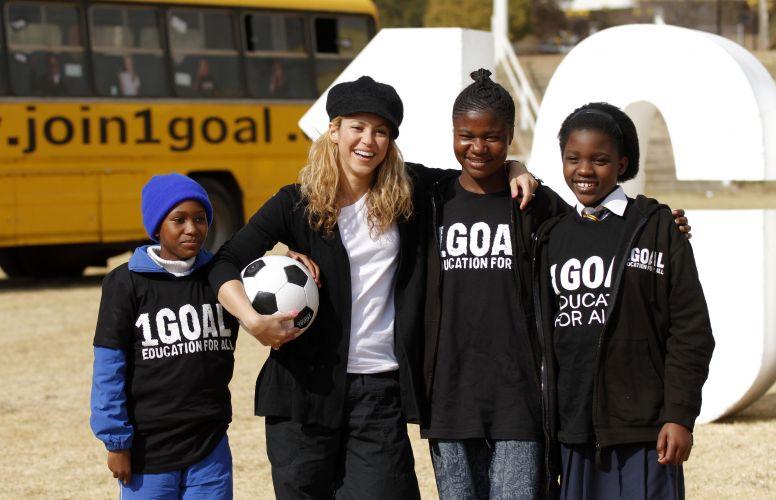 Embaixadora da campanha 1GOAL, que usa o poder do futebol para pedir educação para todos, a cantora Shakira conversa com algumas crianças em Johannesburgo na África do Sul (8/7/2010).