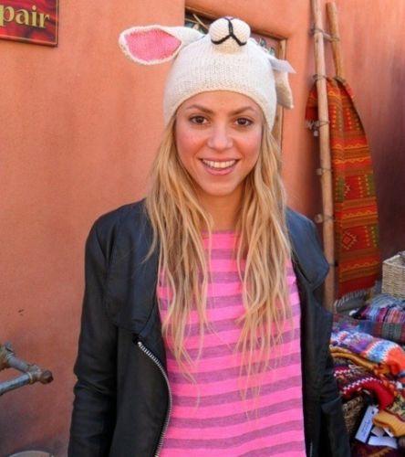 A cantora Shakira posta foto em seu Twitter com chapéu de coelho. Shakira está promovendo seu single