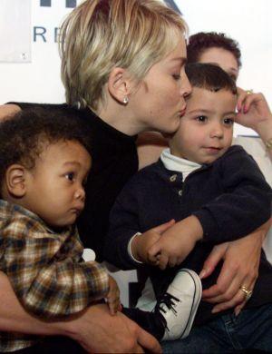 Sharon visita crianças portadoras do vírus HIV em hospital em Nova York (dez/99)