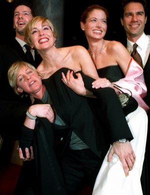 Com elenco de 'Wiil & Grace' em jantar que a premiou por obras humanitárias (feb/00)