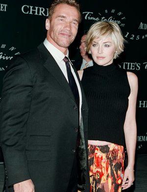 Com Arnold Schwarzenegger em leilão beneficente da casa Christie's, em NY (out/00)