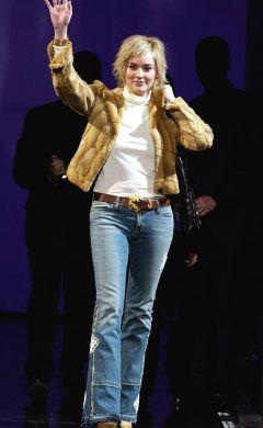 Sharon Stone durante desfile de Donatella Versace, em Milão (jan/03)