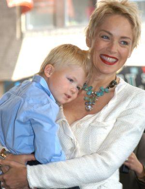 Sharon Stone carrega o filho Roan Joseph Bronstein em evento em NY (abr/04)
