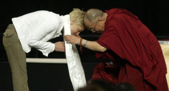 Sharon Stone encontra com Dalai Lama em apresentação do líder na Califórnia (abr/04)
