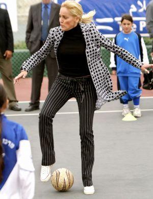 Em nome da paz, joga bola com crianças palestinas e israelenses, em Israel (mar/06)