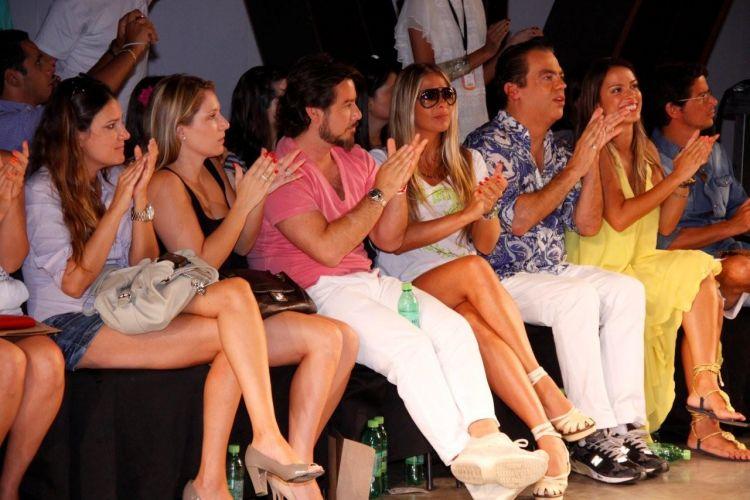 Adriane Galisteu assistiu ao desfile da Iódice ao lado marido, Alexandre e do cabeleireiro Marco Antonio di Biaggi (30/01/2011) Acompanhe a cobertura completa do SPFW Inverno 2011