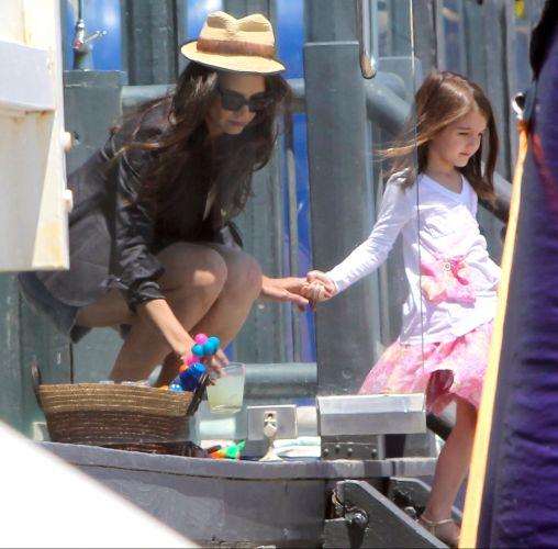 Katie Holmes e a filha Suri Cruise deixam a festa do Memorial Day de Joel Silver, em Malibu, em direção à praia (30/5/2011)