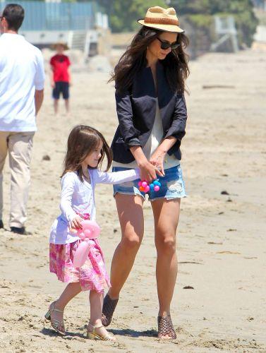 De salto, Suri Cruise, de cinco anos, e a mãe Katie Holmes brincam em praia de Malibu (30/5/2011)