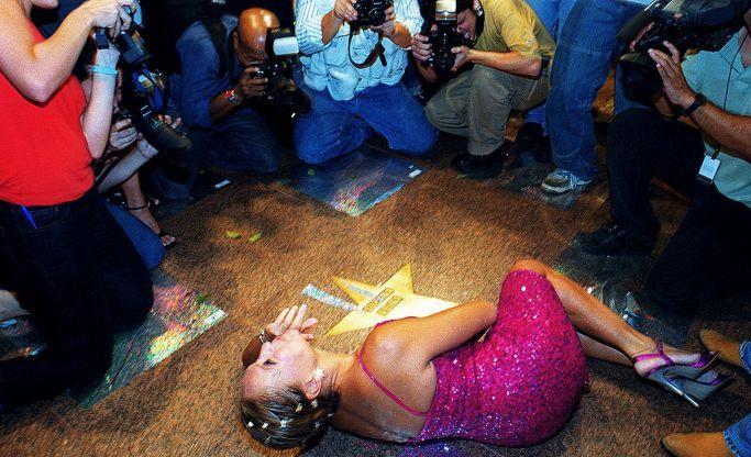 A atriz Susana Vieira faz pose deitada durante a inauguração da