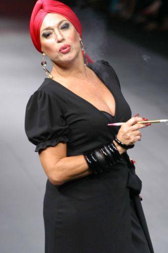 A atriz Susana Vieira desfila para a Casa de Noca, da estilista Silvia de Bossan, com a coleção