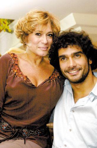 Os atores Susana Vieira e Rafael Calomeni, que estão no elenco da novela