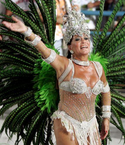 A atriz Susana Vieira é rainha de bateria da escola de samba Grande Rio (8/2/2005)