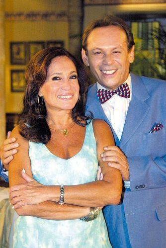 Os atores Susana Vieira e José Wilker posam para foto durante as gravações de