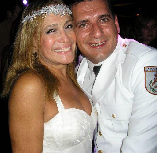 A atriz Susana Vieira e o policial militar Marcelo da Silva posam para foto durante festa de casamento, na Capela do Patronato, no Rio de Janeiro (1/10/2006)