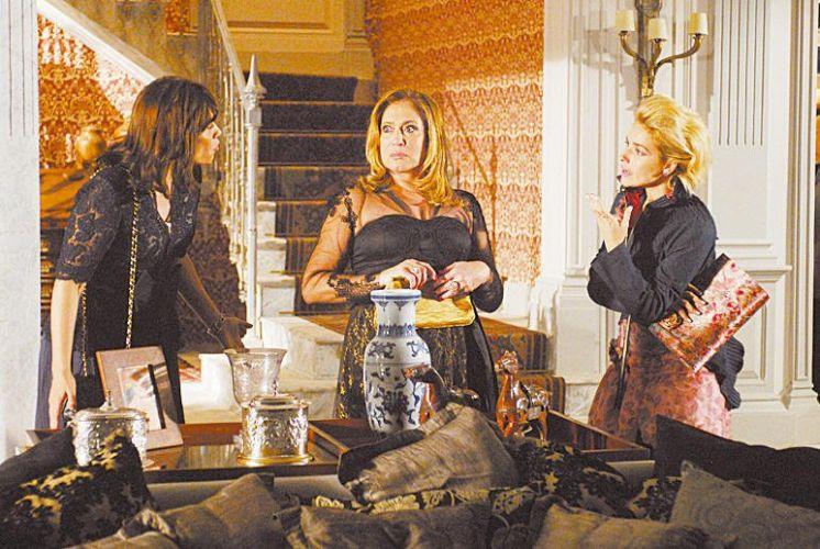 As atrizes Thaís de Campos, Suzana Vieira e Monique Alfradique em cena da minissérie