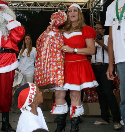 A atriz Susana Vieira se veste de Mamãe Noel e distribui presentes no Natal da Amicca, em Vargem Grande, na zona oeste do Rio (14/12/2009)