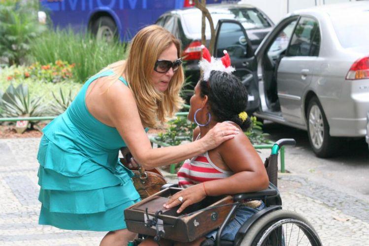 Susana Vieira faz carinho em fã durante passeio pelo Leblon,a na zona sul do Rio de Janeiro (16/12/2009)