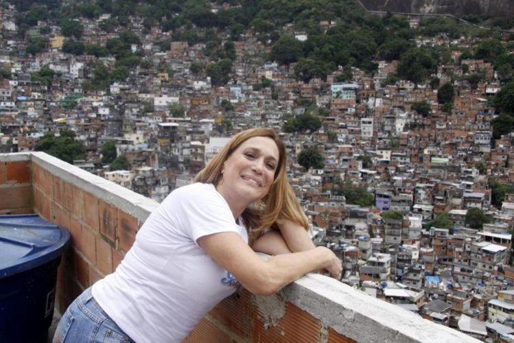 A atriz Susana Vieira entrega presentes na favela da Rocinha, em São Conrado, no Rio de Janeiro (17/12/2009)