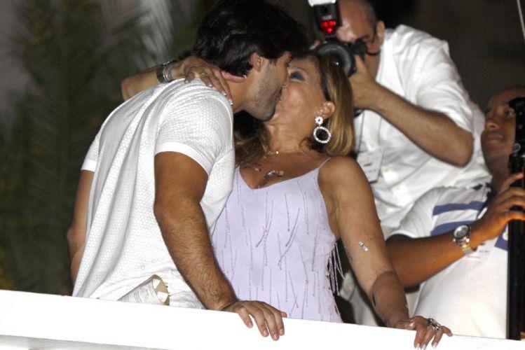 Sandro Pedroso e Susana Vieira trocam beijos apaixonados durante o réveillon do Copacabana Palace em Copacabana, no Rio de Janeiro (31/12/2009)
