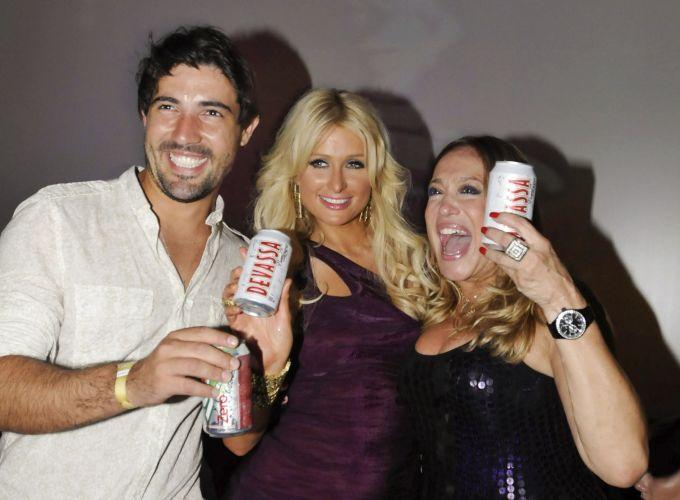 Sandro Pedroso, Paris Hilton e Susana Vieira posam em festa de lançamento da cerveja Devassa (13/2/10)