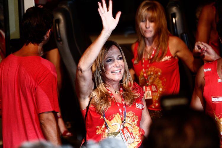 Do camarote de uma cervejaria, a atriz Susana Vieira acena para fãs durante o desfile das escolas de samba na Marquês de Sapucaí, no Rio de Janeiro (14/2/2010)