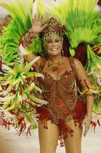 Rainha de bateria da Grande Rio, Susana Vieira acena para os fãs durante o desfile da escola de samba na Marquês de Sapucaí, no Rio de Janeiro (16/2/2010)