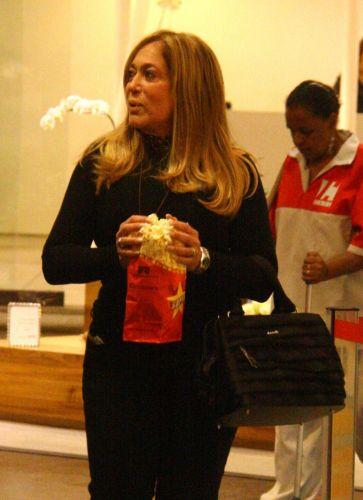 A atriz Susana Vieira compra pipoca antes de entrar em cinema em shopping da zona sul carioca (16/5/2010)