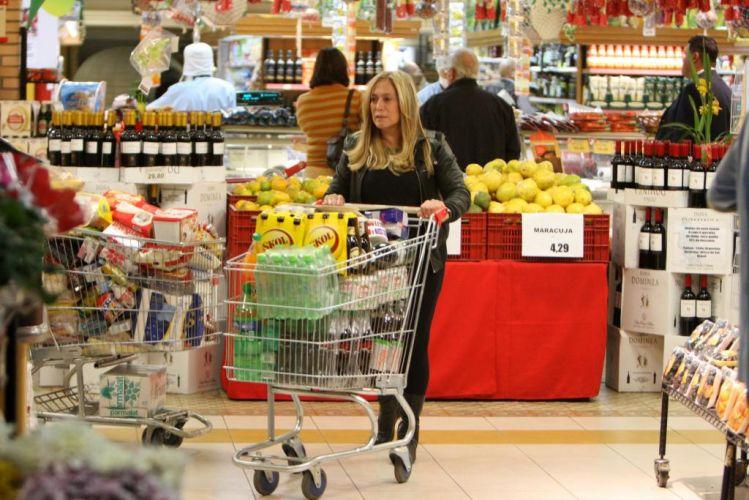 Suzana Vieira faz compras em um mercado na Barra da Tijuca, na zona oeste do Rio (23/6/2010)