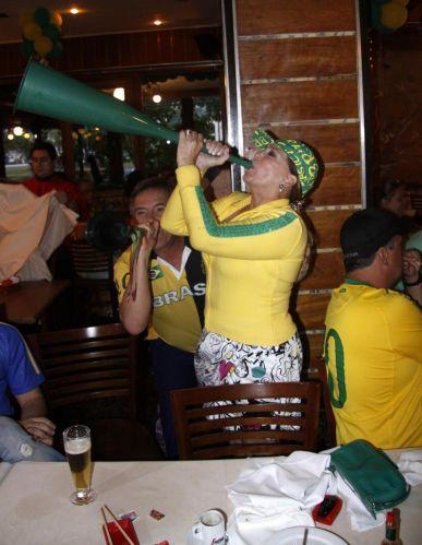 Susana Vieira toca vuvuzela durante o jogo Brasil x Chile na churrascaria Porcão, no Rio de Janeiro (28/6/2010)