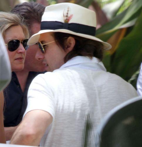 Na véspera de seu aniversário, Tom Cruise comemora seus 49 anos ao lado do filho Connor, da filha Suri e da mulher, Kate Holmes, no Soho Beach House Miami Hotel em Miami, na Flórida (3/7/11)