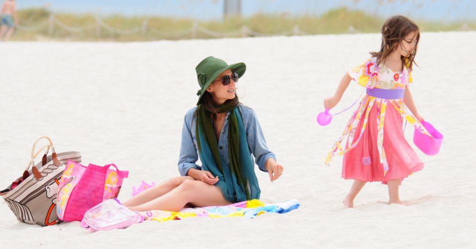 No fim de semana do Dia dos Pais nos EUA, Katie Holmes e a filha Suri aproveitam juntas praia de Miami, enquanto ator Tom Cruise aguardava a família em um iate (18/6/2011)