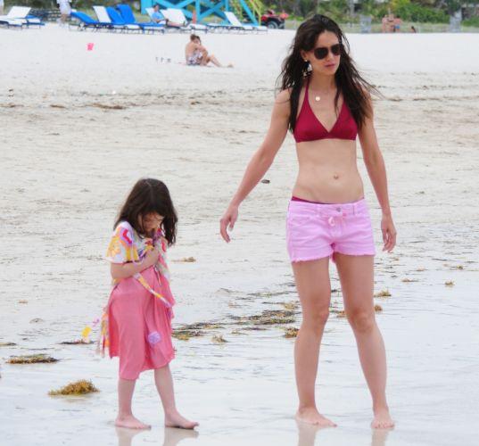 Katie Holmes e a filha Suri Cruise aproveitam juntas uma praia de Miami (18/6/2011)