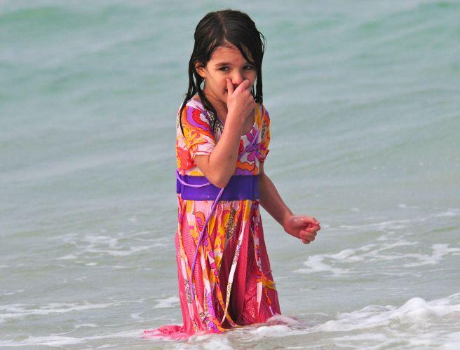 Suri Cruise toma banho de mar usando um vestido em praia de Miami (18/6/2011)