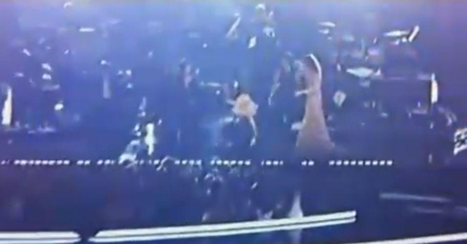 A cantora Christina Aguilera escorrega durante apresentação ao vivo no Grammy 2011 e quase cai sentada no chão, em Los Angeles (13/2/2011)