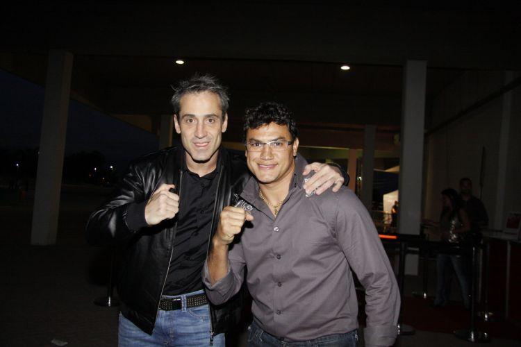 O ex-boxeador Popó (dir.), ou melhor, Vossa Excelência Acelino Freitas, chega ao HSBC Arena para acompanhar o UFC Rio (27/8/2011)