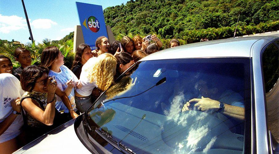 Fãs se aglomeram na frente do carro de Wanessa Camargo na porta do SBT (3/12/2001)