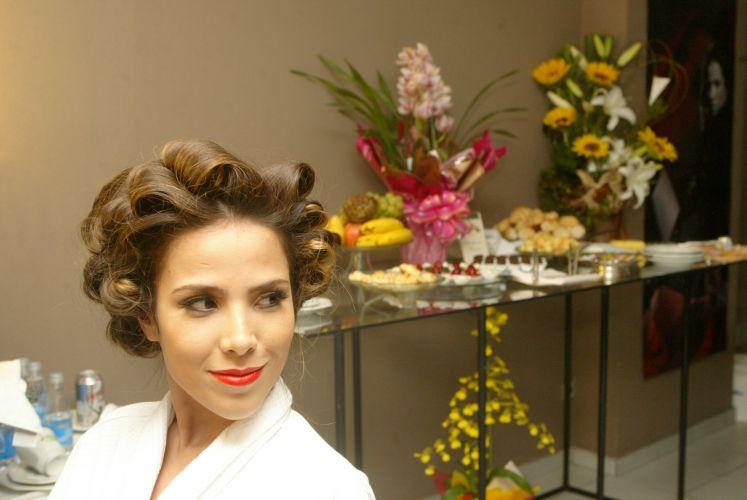 Frutas, doces e flores no camarim de Wanessa Camargo. A cantora se prepara para show em São Paulo (29/4/2006)