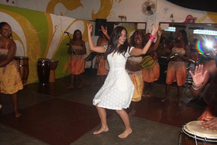 Wanessa Camargo visita o AfroReggae em Vigário Geral, no Rio de Janeiro. A cantora tira os sapatos e dança com as jovens do projeto (13/2/2009)