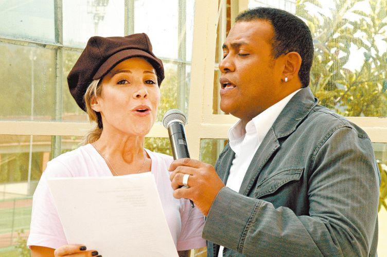 Wanessa Camargo e o cantor Fernando Reis cantam em missa em homenagem aos 81 anos do ex-deputado José Camargo e sua mulher, Mariazinha, em Cotia (26/6/2009)