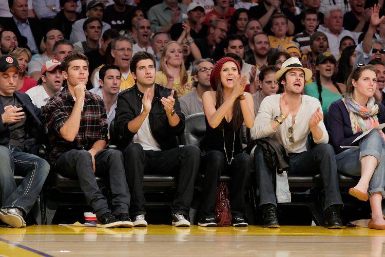 Zac Efron assiste jogo de Phoenix Suns contra Los Angeles Lakers ao lado de Ryan Rottman, Nina Dobrev e Ian Somerhalder (27/05/2010)