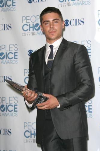 Zac Efron ganha prêmio de melhor artista com menos de 25 anos no People's Choice Awards de 2011 (06/01/2011)