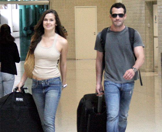 Malvino Salvador e a namorada, a modelo Renata Westphal, no aeroporto