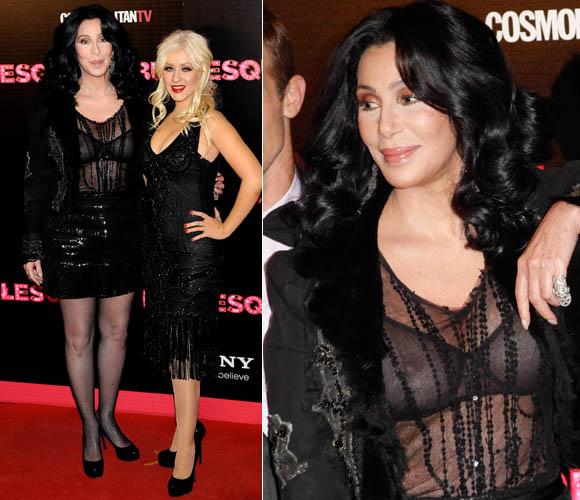 Cher usa sutiã transparente e deixa seios à mostra durante a première de