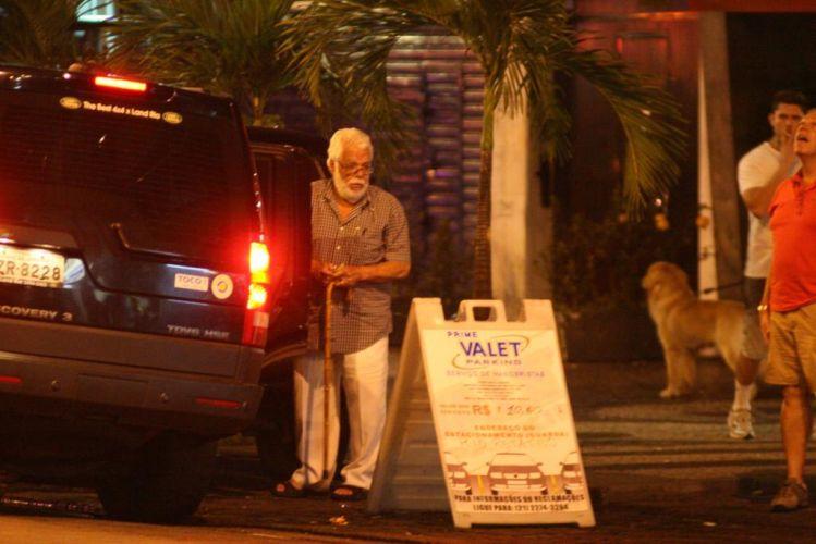 O autor da TV Globo Manoel Carlos deixa restaurante no Leblon, bairro da zona sul carioca onde mora e costuma retratar em suas novelas (28/12/10)