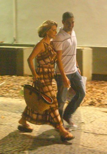 A atriz Maitê Proença, 52 anos, é fotografada com o namorado, o empresário Alexandre Colombo, 38, saindo de um shopping na zona sul carioca. O casal aproveitou a noite chuvosa para trocar presentes de Natal e jantar no shopping (29/12/10)