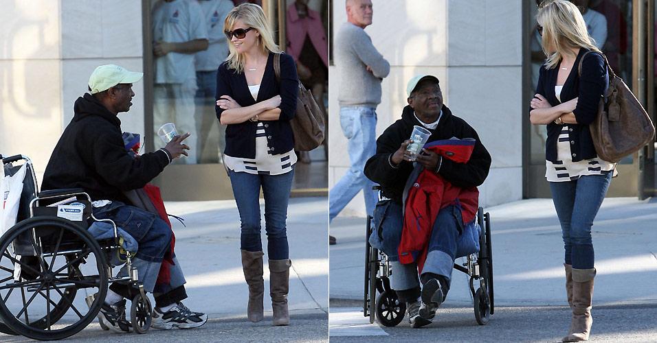 Homem de cadeira de rodas aborda Reese Witherspoon nas ruas de Burbank, na Califórnia. A atriz conversa com o homem, mas sai sem lhe dar dinheiro (12/1)