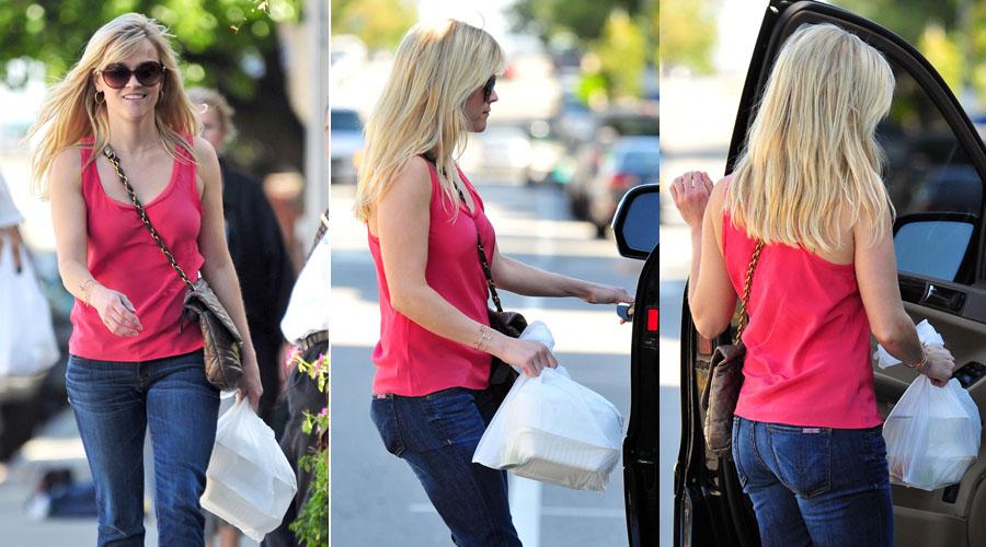 A atriz Reese Witherspoon deixa restaurante em Brentwood, na Califórnia, com embalagens para viagem (10/3)