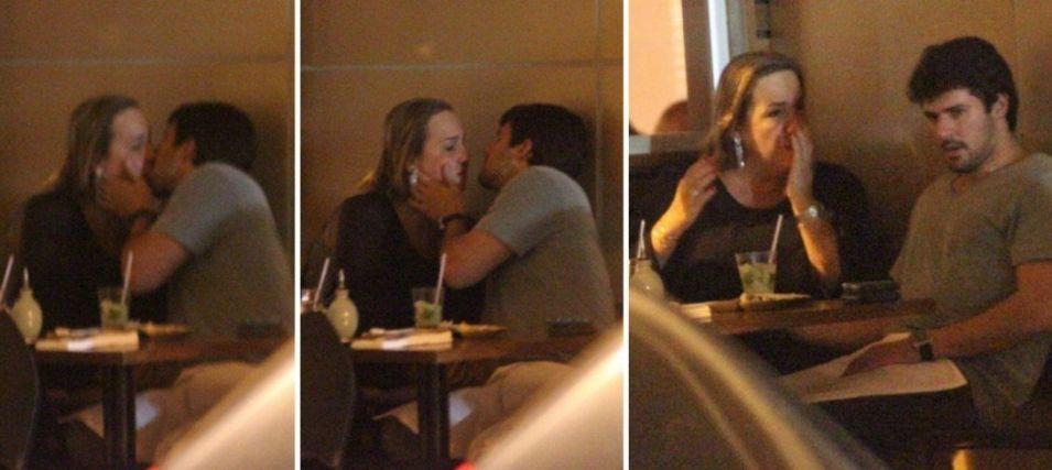 A atriz Cláudia Jimenez é fotografada aos beijos com Leonardo Moça em um restaurante no Leblon, zona sul do Rio de Janeiro (25/5/2011)