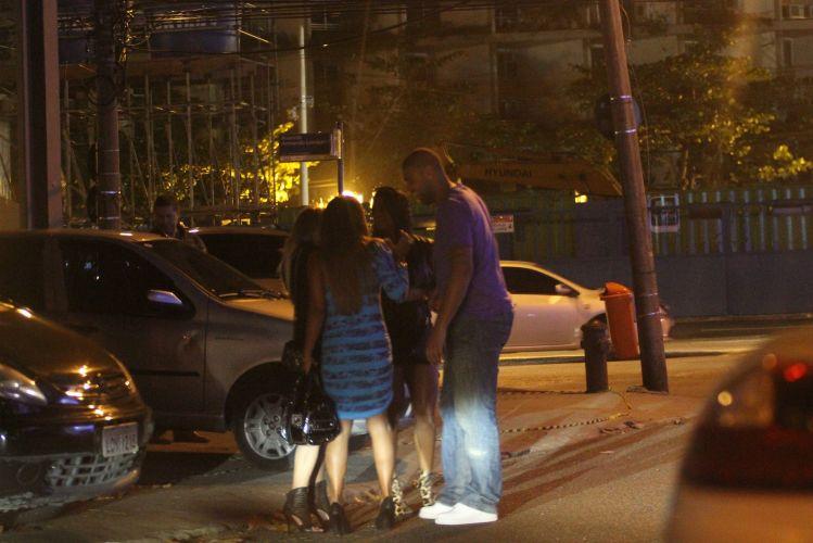 Recém operado, o atacante Adriano se diverte com mulheres em frente a boate carioca, na Barra da Tijuca. Em abril, o jogador teve que operar o tendão de Aquiles e terá que ficar afastado dos gramados durante cinco meses (5/6)